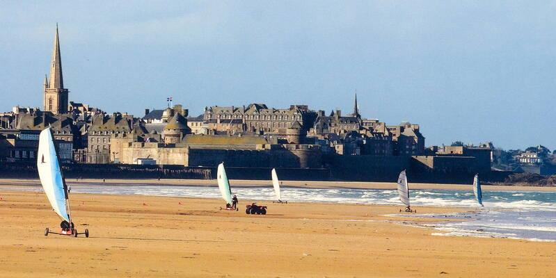 Chars à voile sur la plage à Saint-Malo