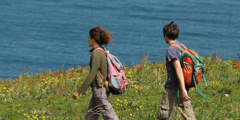 Marcheurs sur la côte d'Emeraude à Saint-Malo