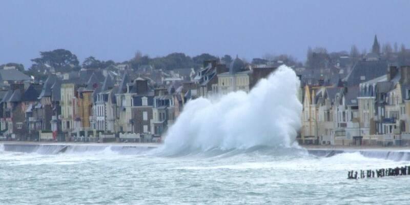 La houle sur la plage du sillon à Saint-Malo