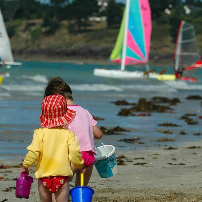 Enfants sur la plage de Saint-Malo